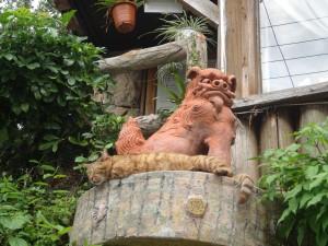 Un shisaa veille sur une autre créature sacrée.