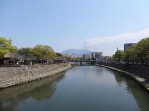 Sakura en fleur et Sakura-jima en éruption. Un poète en ferait surement un excellent haïku.