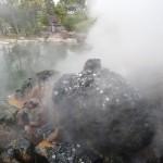 La vapeur de ce jigoku est si chaude qu'elle fait fondre les pièces.