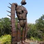Au sommet du musée Ghibli, un robot du château dans le ciel monte la garde.