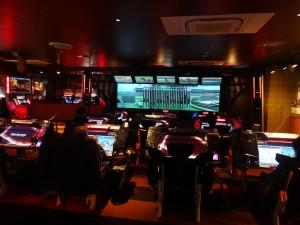 Un nouveau genre de jeu vidéo : un simulateur de courses hippiques. Ceux que vous voyez sur cette photo sont en train de parier sur ces canassons virtuels. Les vainqueurs ne gagnent pas d'argent, mais des lots.