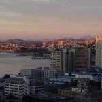 Le soleil se couche sur la baie de Valparaiso.