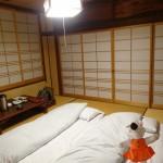 Une chambre traditionnelle où le futon se trouve à même le tatami.