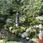 Les japonais aiment toujours se reposer dans les jardins.