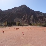 Près de Purmamarca, des joueurs bravent le soleil, le vent et la poussière pour disputer le championnat du dimanche.
