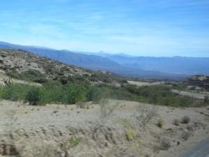 Sur la route, on a un aperçu des grandes étendues désertes et montagneuses du pays.