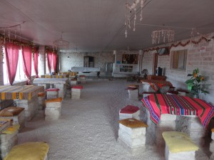 Les meubles et les murs sont fait en brique de sel. Sur le sol, ce n'est pas du gravier, mais du gros sel.