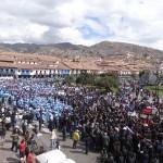 Un défilé civil autour de la plaza de armas, la place centrale de Cusco.