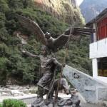 Un autochtone tout à fait normal (le condor représente le monde des cieux, le puma le monde de la terre et le serpent le monde souterrain).