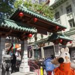 Mausi s'apprête à entrer dans Chinatown.