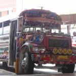 Pour se déplacer dans Panama, on peut emprunter ces bus psychédéliques.