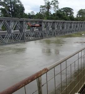 Un gamin trompe la mort en sautant du pont frontalier.